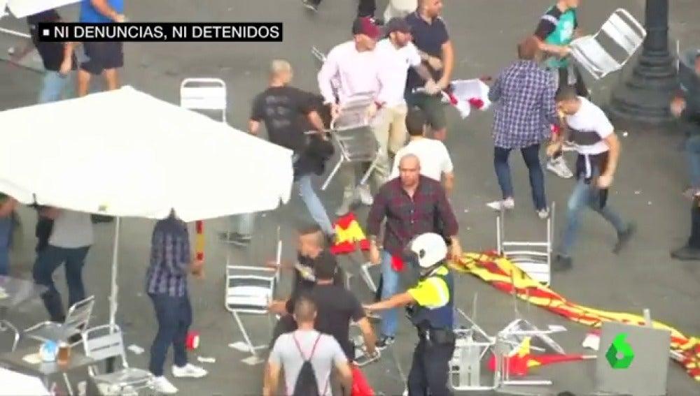 Varios grupos ultra protagonizan una batalla campal en Barcelona