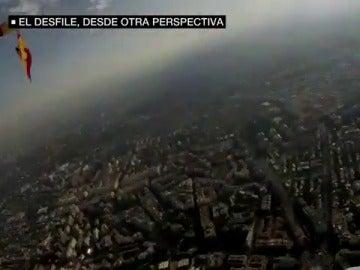 Así grabó su espectacular descenso uno de los paracaidistas