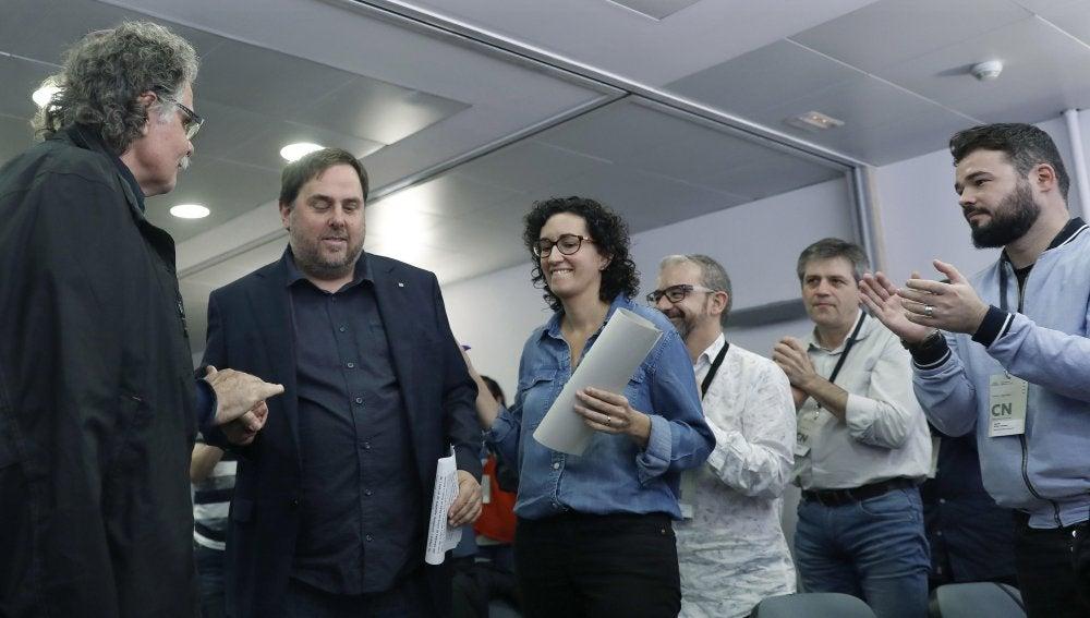 El vicepresidente del Govern, Oriol Junqueras, es saludado por Joan Tarda