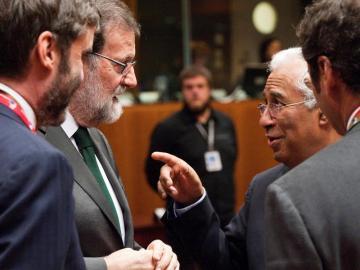 El presidente del Gobierno, Mariano Rajoy, conversa con el primer ministro de Portugal, Antonio Costa