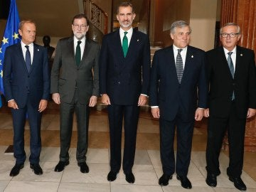Felipe VI posa junto a Mariano Rajoy, Donald Tusk, Antonio Tajani y Jean-Claude Juncker