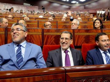 El presidente marroquí, flanqueado por los ministros de Derechos Humanos, Mustafa Ramid y el ministro portavoz, Mustafa Khalfi