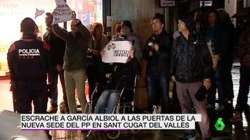 VÍDEO DE REEMPLAZO | Xavier García Albiol sufre un escrache tras inaugurar una sede del Partido Popular