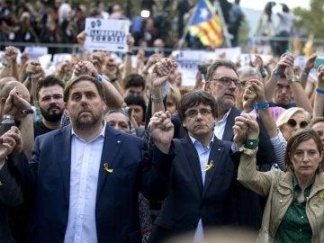 Puigdemont, Oriol Junqueras y Carme Forcadell durante la manifestación en Barcelona
