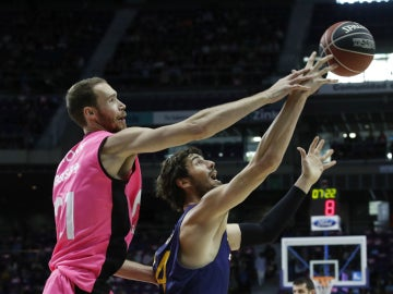 Brown lucha ante Tomic