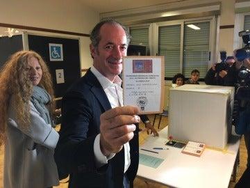 El presidente de la región italiana de Veneto, Luca Zaia, durante la votación del referéndum