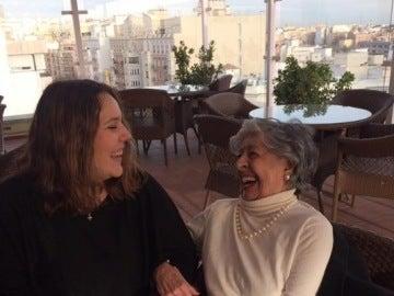 Una señora con su 'nieta' de 'Adopta un abuelo'