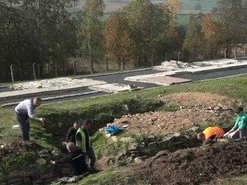 Descubren una fosa común que podría contener hasta 300 cuerpos de la Segunda Guerra Mundial