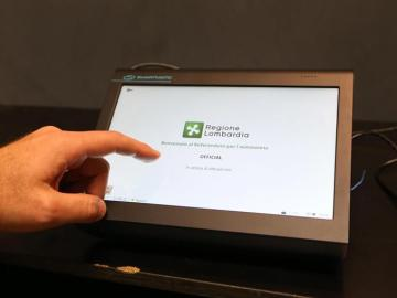 Vista de un puesto electrónico para votaren el referéndum de consulta para la Autonomía en Lombardía y Véneto, norte de Italia