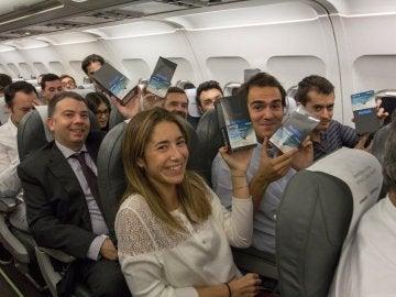 Pasajeros a bordo del avión de Iberia con el movil Samsung