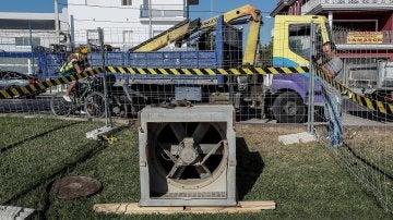 Extractor instalado por operarios del ayuntamiento de Coria del Río