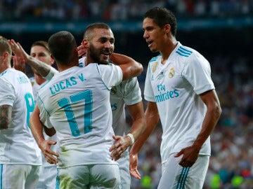 Varane celebra un gol junto a sus compañeros del Real Madrid