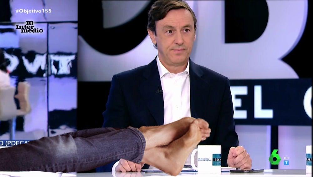Con cara de máxima incomodidad, así refleja Rafael Hernando qué le parece que Carles Campuzano ponga los pies encima de la mesa