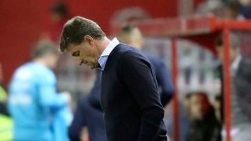 Míchel, cabizbajo tras la derrota del Málaga