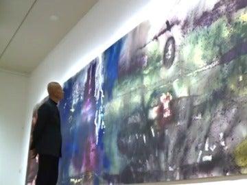 El artista Cai Guo-Qiang junto a una de sus obras en el museo del Prado