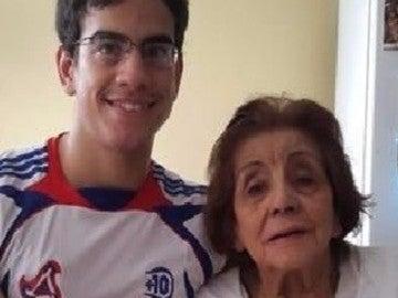 Mauricio Ossola, 23 años, y  Yolanda Torres, 91 años