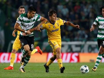 Dybala intenta avanzar ante la defensa del Sporting