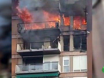 Un muerto y un herido grave en un aparatoso incendio en un piso de Barcelona