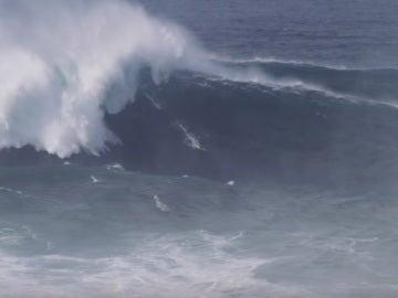 Un surfista en una ola gigante en Nazaré