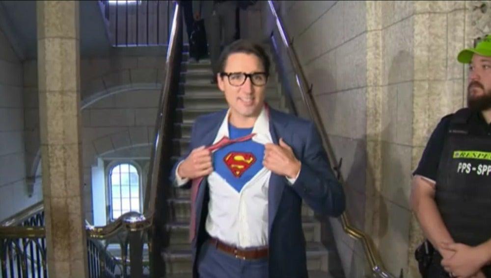 Justin Trudeau disfrazado de Superman y Clark Kent
