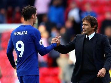 Álvaro Morata se saluda con su técnico Antonio Conte