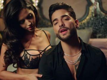 Maluma y Natalia Barulich en el videoclip de 'Felices los 4'