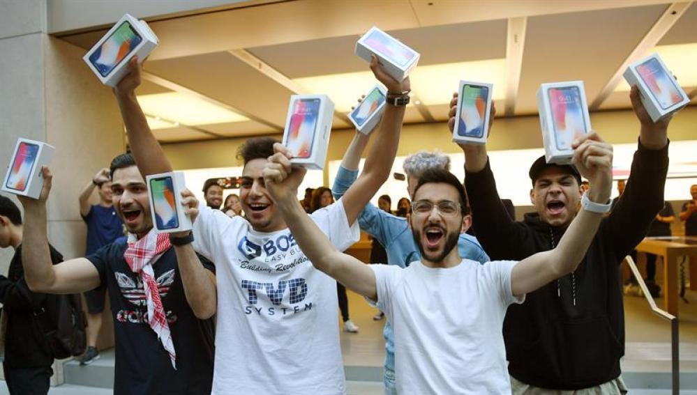 Varias personas celebran su compra del nuevo iPhone X en una tienda Apple en Sídney