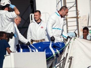 La guardia costera italiana durante un rescate en las costas de Libia.
