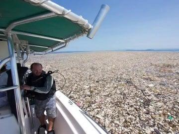 Mar cubierto de basura en el Caribe