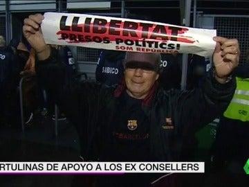 El Camp Nou pide 'justicia' para el Govern cesado con 70.000 cartulinas de 'libertad presos políticos'