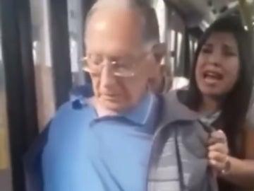 Momento previo a la detención de un anciano por agredir sexualmente a una joven
