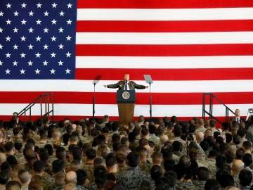 El presidente estadounidense Donald Trump en la base aérea de Yokota (oeste de Tokio)