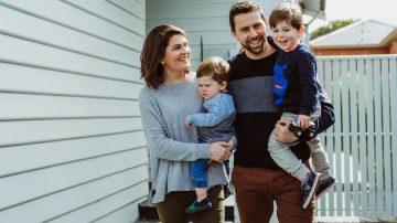 Sara Chivers con su marido Leigh y sus hijos Alfie y Hugh