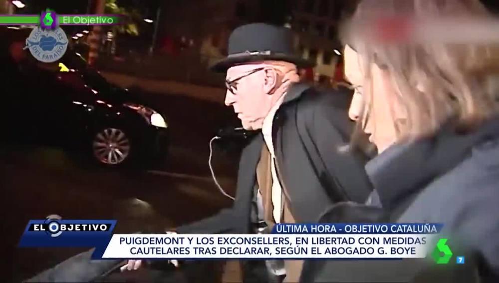 La reacción del abogado de Puigdemont tras la caída de dos periodistas que intentaban conseguir unas declaraciones