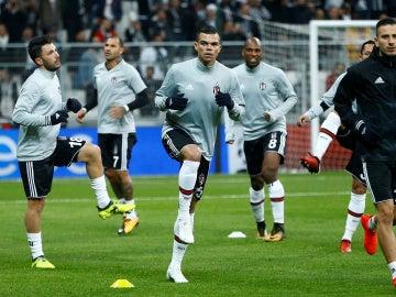 Pepe calentando junto a sus compañeros del Besiktas