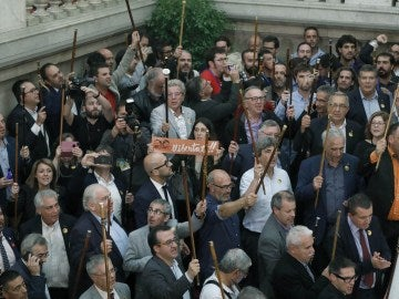 Alcaldes de diferentes localidades de Cataluña en el Parlament