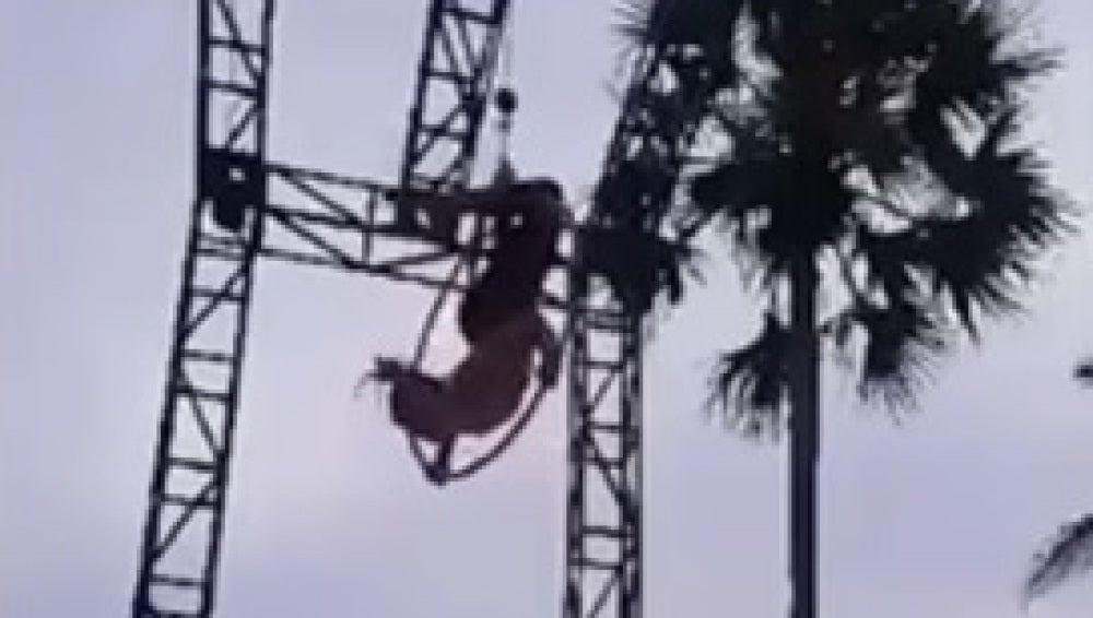 Imagen de la acróbata momentos antes de precipitarse al suelo