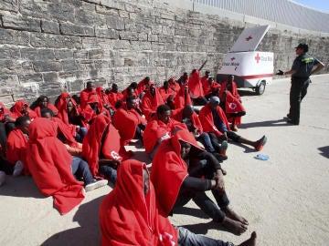 Inmigrantes de dos pateras localizadas en aguas del estrecho