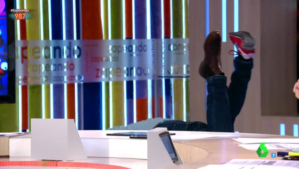 El beso apasionado entre Miki Nadal y Frank Blanco que acaba con los dos en el suelo