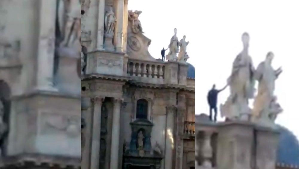Un hombre subido a la catedral de Murcia el pasado mes de noviembre