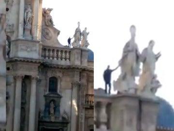 Un hombre subido a la catedral de Murcia