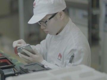 Un técnico de Huawei en su fábrica de smartphones en China