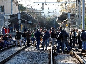 Un grupo de manifestantes corta la vía férrea en la estación de Ferrocarrils de Sant Cugat del Vallès