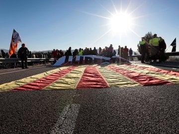 Vista de la autovía A-2 a la altura de Òdena que ha sido cortada por un grupo de manifestantes