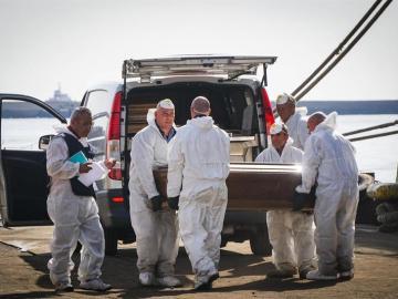 Desembarcan los féretros con los cadáveres de las mujeres fallecidas