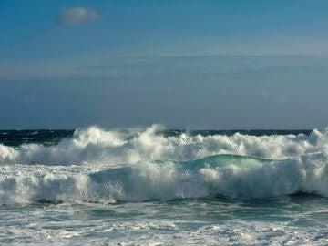 Varias olas rompen en Sa Mesquida, en el municipio de Mahón