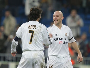 Gravesen sonríe y le da la mano a Raúl en su etapa en el Madrid
