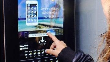 Cabina telefónica convertida en oficina turística portátile