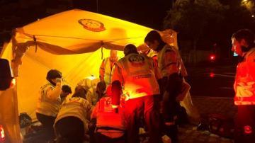 Sanitarios de emergencias intentando salvar al conductor.