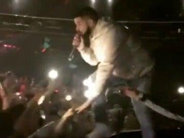 """Drake expulsa a un fan por manosear a mujeres durante un concierto: """"Si no dejas de manosear a las chicas, te patearé el culo"""""""